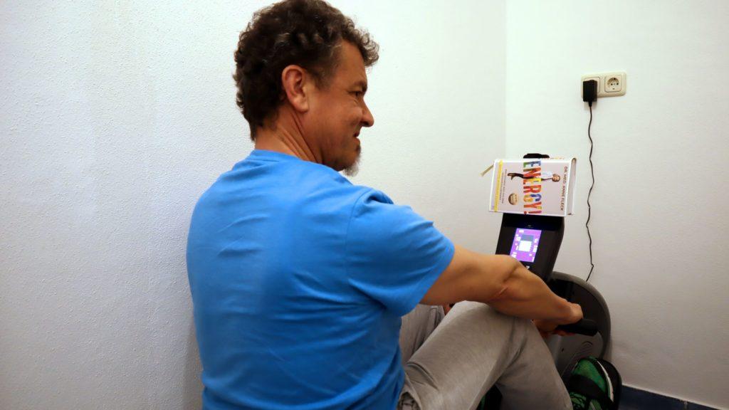 Dr. Fleck Buch beim Indoor Rudern